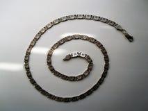 Ασημένια αλυσίδα στο γκρίζο υπόβαθρο στοκ φωτογραφία