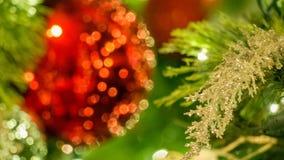 Ασημένια διακόσμηση Χριστουγέννων τις κόκκινες διακοσμήσεις που θολώνονται με στο αριστερό του πλαισίου στοκ εικόνα με δικαίωμα ελεύθερης χρήσης