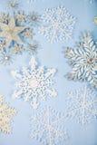 Ασημένια διακοσμητικά snowflakes σε ένα μπλε ξύλινο υπόβαθρο Χριστός Στοκ εικόνες με δικαίωμα ελεύθερης χρήσης