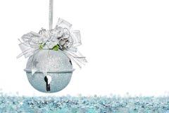 Ασημένια κάλαντα πολυτέλειας με το χιόνι, κρεμώντας διακόσμηση Στοκ Φωτογραφία