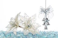 Ασημένια κάλαντα πολυτέλειας με το χιόνι, κρεμώντας διακόσμηση Στοκ Εικόνες
