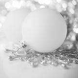 Ασημένια και άσπρη διακόσμηση Χριστουγέννων στο υπόβαθρο διακοπών Στοκ φωτογραφία με δικαίωμα ελεύθερης χρήσης