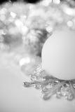 Ασημένια και άσπρη διακόσμηση Χριστουγέννων στο υπόβαθρο διακοπών Στοκ Εικόνες