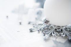Ασημένια και άσπρη διακόσμηση Χριστουγέννων στο υπόβαθρο διακοπών Στοκ φωτογραφίες με δικαίωμα ελεύθερης χρήσης
