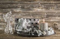 Ασημένια και μπεζ διακόσμηση Χριστουγέννων με το παρόν, τον άγγελο και το ασβέστιο Στοκ Εικόνες