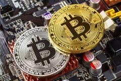 Ασημένια και χρυσά bitcoins στην κινηματογράφηση σε πρώτο πλάνο υποβάθρου μητρικών καρτών υπολογιστών Εικονικά χρήματα Cryptocurr στοκ εικόνες