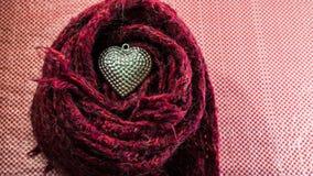 Ασημένια καρδιά στα μαντίλι που διακοσμούνται για την ημέρα του βαλεντίνου Αγάπη συμπυκνωμένη Στοκ εικόνα με δικαίωμα ελεύθερης χρήσης