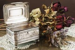 Ασημένια κασετίνα, κόσμημα/κιβώτιο κοσμημάτων μικρής αξίας με τα ξηρά τριαντάφυλλα και lavender Στοκ εικόνα με δικαίωμα ελεύθερης χρήσης