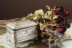 Ασημένια κασετίνα, κόσμημα/κιβώτιο κοσμημάτων μικρής αξίας με τα ξηρά τριαντάφυλλα και lavender Στοκ φωτογραφία με δικαίωμα ελεύθερης χρήσης