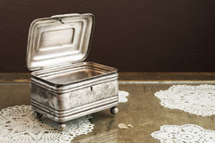 Ασημένια κασετίνα, κόσμημα/κιβώτιο κοσμημάτων μικρής αξίας στον αναδρομικό πίνακα Στοκ Φωτογραφίες