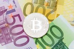 Ασημένια κινηματογράφηση σε πρώτο πλάνο Bitcoin Ευρο- νόμισμα ως υπόβαθρο Μακρο pH Στοκ Εικόνες