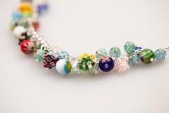 Ασημένια κοσμήματα με τους ζωηρόχρωμους πολύτιμους λίθους Στοκ Φωτογραφίες