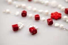 Ασημένια κοσμήματα με τους ζωηρόχρωμους πολύτιμους λίθους Στοκ Φωτογραφία