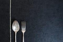 Ασημένια κουτάλι και δίκρανο με τα μαργαριτάρια Στοκ εικόνες με δικαίωμα ελεύθερης χρήσης