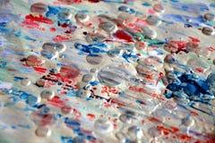 Ασημένια κόκκινα κτυπήματα βουρτσών ουράνιων τόξων άσπρα, θολωμένο υπόβαθρο watercolor Στοκ φωτογραφία με δικαίωμα ελεύθερης χρήσης