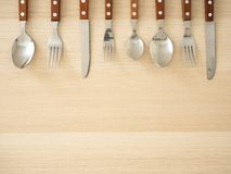 Ασημένια μαχαιροπήρουνα που τίθενται στον ξύλινο πίνακα στοκ φωτογραφίες με δικαίωμα ελεύθερης χρήσης
