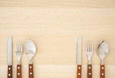 Ασημένια μαχαιροπήρουνα που τίθενται στον ξύλινο πίνακα στοκ εικόνα με δικαίωμα ελεύθερης χρήσης