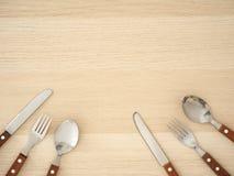 Ασημένια μαχαιροπήρουνα που τίθενται στον ξύλινο πίνακα στοκ φωτογραφία με δικαίωμα ελεύθερης χρήσης