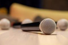 Ασημένια μικρόφωνα σιδήρου κινηματογραφήσεων σε πρώτο πλάνο με τη μαύρη λαβή στον πίνακα Η ζωντανή μουσική έννοιας στο εστιατόριο στοκ εικόνες με δικαίωμα ελεύθερης χρήσης
