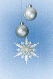 Ασημένια μπιχλιμπίδια και snowflake Χριστουγέννων Στοκ Φωτογραφία