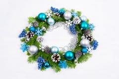 Ασημένια, μπλε, τυρκουάζ σφαίρες Χριστουγέννων και στεφάνι κώνων πεύκων Στοκ εικόνα με δικαίωμα ελεύθερης χρήσης