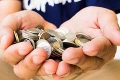 Ασημένια νομίσματα στο χέρι σας Στοκ Φωτογραφίες