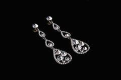 Ασημένια σκουλαρίκια με τα διαμάντια Στοκ εικόνα με δικαίωμα ελεύθερης χρήσης