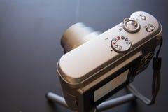 Ασημένια συμπαγής ψηφιακή κάμερα φωτογραφιών στοκ φωτογραφία με δικαίωμα ελεύθερης χρήσης