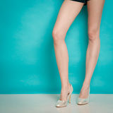 Ασημένια υψηλά μοντέρνα παπούτσια τακουνιών στα προκλητικά θηλυκά πόδια Στοκ Εικόνα