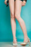 Ασημένια υψηλά μοντέρνα παπούτσια τακουνιών στα προκλητικά θηλυκά πόδια Στοκ εικόνα με δικαίωμα ελεύθερης χρήσης