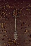 Ασημένια φασόλια κουταλιών και καφέ τσαγιού Υπόβαθρο στοκ φωτογραφία