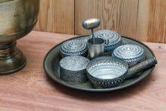 Ασημένια χρήση κύπελλων στον περιορισμό betel των φύλλων και areca των καρυδιών έτοιμων Στοκ Εικόνα