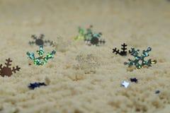 Ασημένια snowflakes στην άσπρη άμμο Στοκ φωτογραφία με δικαίωμα ελεύθερης χρήσης