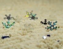 Ασημένια snowflakes στην άσπρη άμμο Στοκ Εικόνες