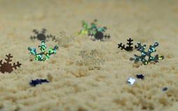 Ασημένια snowflakes στην άσπρη άμμο Στοκ εικόνες με δικαίωμα ελεύθερης χρήσης