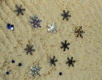 Ασημένια snowflakes στην άσπρη άμμο Στοκ φωτογραφίες με δικαίωμα ελεύθερης χρήσης