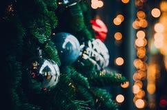Ασημένιες διακοσμήσεις Χριστουγέννων του διαφορετικών μεγέθους και της μορφής με τα θολωμένα κίτρινα φω'τα στοκ φωτογραφία με δικαίωμα ελεύθερης χρήσης