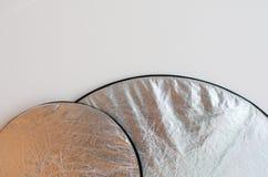Ασημένιοι ανακλαστήρες στο άσπρο υπόβαθρο Στοκ Φωτογραφία