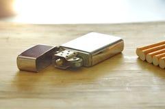 Ασημένιοι αναπτήρας και τσιγάρο εν πλω Στοκ φωτογραφίες με δικαίωμα ελεύθερης χρήσης