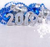 ασημένιοι αριθμοί έτους του 2019 και αργυροειδές και μπλε decorati Χριστουγέννων Στοκ Εικόνες