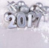ασημένιοι αριθμοί έτους του 2017 και αργυροειδείς διακοσμήσεις Χριστουγέννων Στοκ εικόνες με δικαίωμα ελεύθερης χρήσης