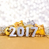 ασημένιοι αριθμοί έτους του 2017 και διακοσμήσεις Χριστουγέννων Στοκ Εικόνες