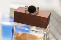 Ασημένιοι δαχτυλίδι, άρωμα και υπολογιστής Στοκ εικόνα με δικαίωμα ελεύθερης χρήσης