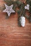 Ασημένιοι διακοσμήσεις Χριστουγέννων και κλάδος δέντρων έλατου σε ένα αγροτικό ξύλινο υπόβαθρο Στοκ φωτογραφία με δικαίωμα ελεύθερης χρήσης