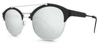 Ασημένιοι και μαύροι φακοί καθρεφτών γυαλιών ηλίου argent στο whi Στοκ Φωτογραφία