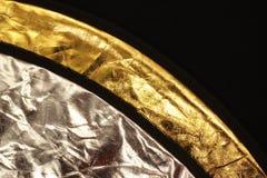 Ασημένιοι και χρυσοί ανακλαστήρες στο μαύρο υπόβαθρο Στοκ εικόνα με δικαίωμα ελεύθερης χρήσης