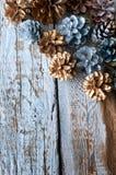 Ασημένιοι και χρυσοί κώνοι στο άσπρο ξύλινο backgound Copyspace Στοκ φωτογραφία με δικαίωμα ελεύθερης χρήσης