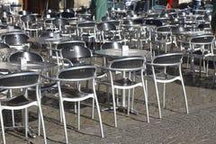 Ασημένιοι καρέκλες και πίνακας μετάλλων Στοκ εικόνα με δικαίωμα ελεύθερης χρήσης