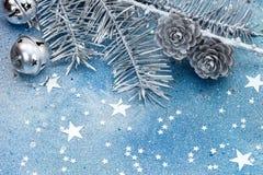 Ασημένιοι κλάδοι χριστουγεννιάτικων δέντρων με τους κώνους, τις διακοσμήσεις και το σπινθήρα Στοκ Εικόνες