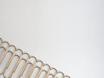 Ασημένιοι συνδετήρες εγγράφου σε ένα άσπρο υπόβαθρο με το διάστημα ελεύθερων κειμένων Στοκ Εικόνες